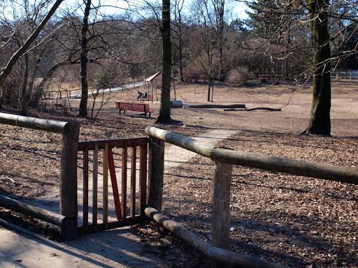 Öffentlich zugängliche eingezäunte Hundeauslaufareale/-parks/-wiesen am Beispiel Berlin