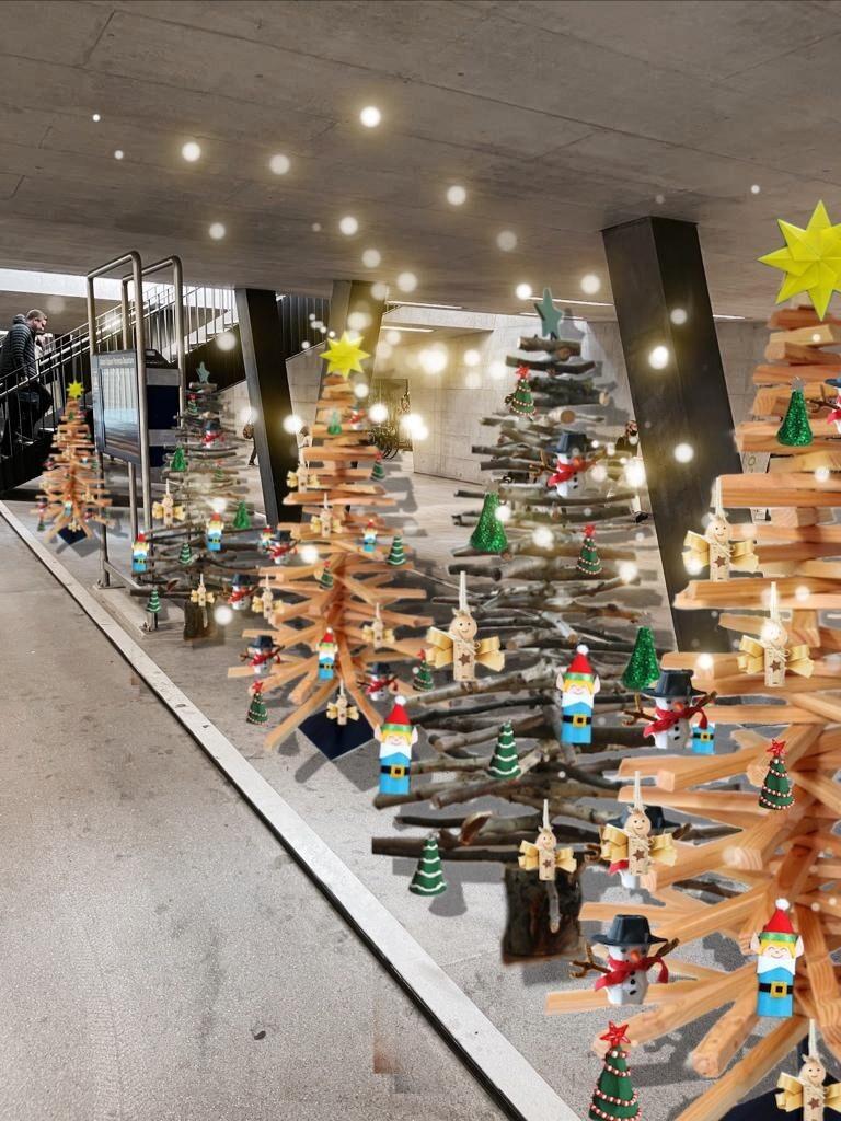 Schulklassen schmücken Holz-Weihnachtsbäume